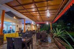 A restaurant or other place to eat at Arra Lembah Pinus Ciloto