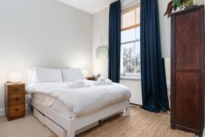 A bed or beds in a room at GuestReady - Beautiful Flat on Newington Green