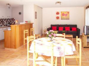 A restaurant or other place to eat at Appartement d'une chambre a Fayet avec magnifique vue sur la montagne jardin clos et WiFi