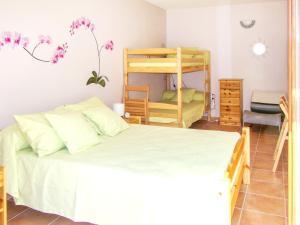 A bunk bed or bunk beds in a room at Appartement d'une chambre a Fayet avec magnifique vue sur la montagne jardin clos et WiFi
