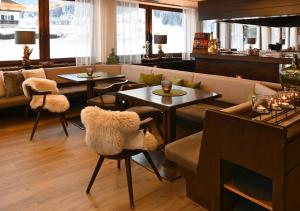The lounge or bar area at Hotel Toblacherhof