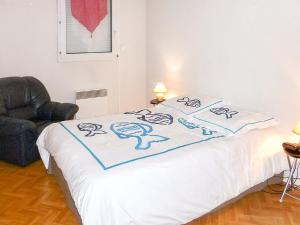 A bed or beds in a room at Appartement d'une chambre a Frejus avec magnifique vue sur la ville piscine partagee et balcon a 300 m de la plage