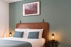 Een bed of bedden in een kamer bij Bloom House by Sweet Porto