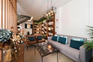 Een zitgedeelte bij Bloom House by Sweet Porto