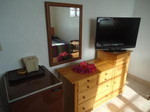 A television and/or entertainment centre at Orange Creek Inn