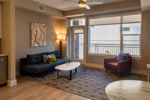A seating area at Kasa Denver Union Station Apartments