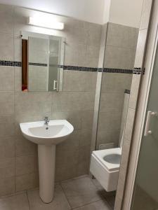 A bathroom at LES MILLES ET UNE NUIT