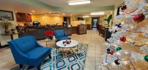 A restaurant or other place to eat at Olympic Inn & Suites Port Angeles