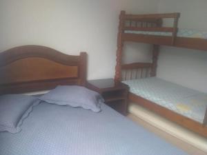 Uma ou mais camas em beliche em um quarto em Casa Arraial do Cabo