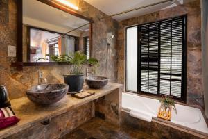 Een badkamer bij Le Belhamy Beach Resort & Spa, Hoi An