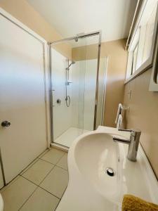 A bathroom at Blenheim Road Motor Lodge