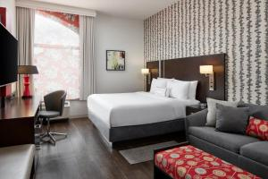 A bed or beds in a room at Fairfield Inn & Suites by Marriott Washington Downtown