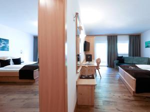 Ein Sitzbereich in der Unterkunft Hotel Alpin