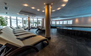 Der Swimmingpool an oder in der Nähe von Hotel Alpin