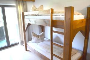 Ein Etagenbett oder Etagenbetten in einem Zimmer der Unterkunft Almhof Baumgarten