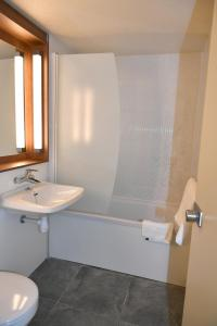 A bathroom at Kyriad Direct Metz Nord – Woippy
