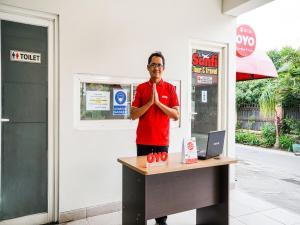 The lobby or reception area at OYO 90134 Santika Fidela