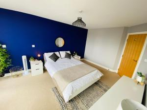 A bed or beds in a room at Stewart St James Walk Apartment