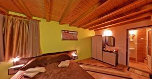 Ένα ή περισσότερα κρεβάτια σε δωμάτιο στο Matsurev Han