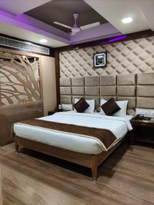A bed or beds in a room at Sri Ram Hotel