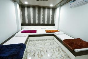 A bed or beds in a room at Hotel Alishaan 30 Mtrs from Dargah