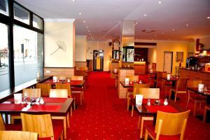 Ein Restaurant oder anderes Speiselokal in der Unterkunft Hotel Harburger Hof