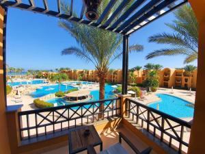Ein Blick auf den Pool von der Unterkunft Stella Di Mare Beach Resort & Spa oder aus der Nähe