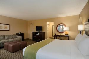 A bed or beds in a room at Wyndham Santa Monica At The Pier