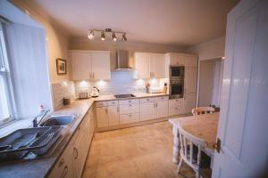 A kitchen or kitchenette at Harbour House