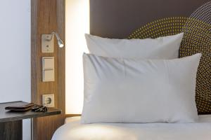 A bed or beds in a room at Novotel Hannover