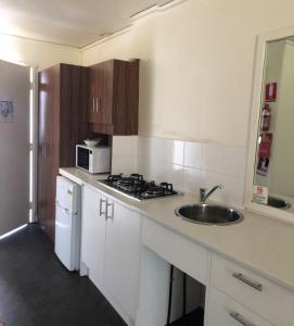 A kitchen or kitchenette at Australian Motor Home Tourist Park Twelve Mile Creek