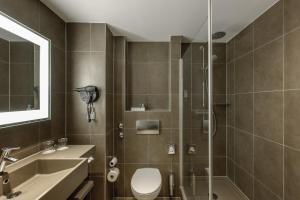 A bathroom at Novotel Hannover