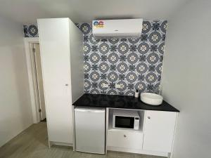A kitchen or kitchenette at Happy Wanderer Motel Bendigo