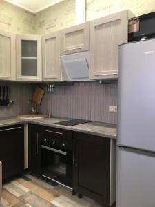 A kitchen or kitchenette at Изумрудный город близко море