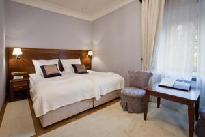 Łóżko lub łóżka w pokoju w obiekcie Pałac Cieleśnica