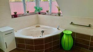 Ein Badezimmer in der Unterkunft Fewo Am Krongut Bornstedt