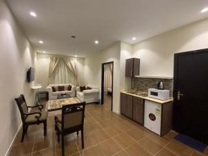 A cozinha ou cozinha compacta de Al Uwaza Al Dhahbeya Apartment Hotel