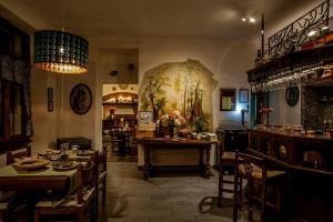 Ein Restaurant oder anderes Speiselokal in der Unterkunft Grotto Zendralli