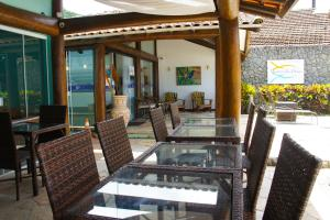 A restaurant or other place to eat at Pousada Recreio Da Praia