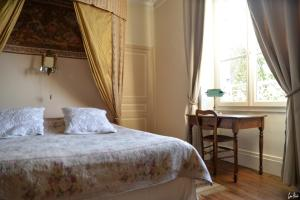A bed or beds in a room at L'Oustal