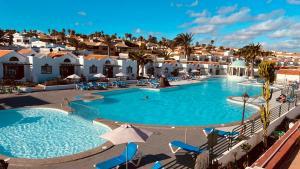 Uitzicht op het zwembad bij Casthotels Fuertesol Bungalows of in de buurt
