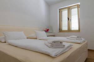 A bed or beds in a room at Villa Royal