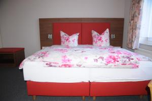 A bed or beds in a room at Aktiv Pension