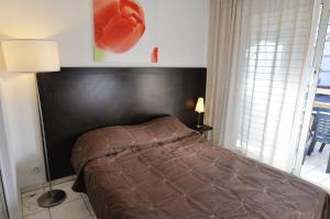A bed or beds in a room at Residhotel Cannes Festival