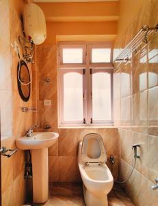A bathroom at Greystone Hotel