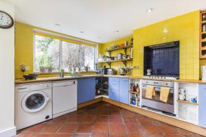A kitchen or kitchenette at GuestReady - Gorgeous Victorian Home wGarden up to 6 guests!