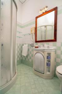 A bathroom at Hotel Vello d'Oro