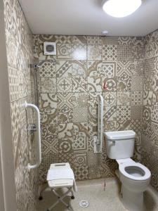 A bathroom at The Elizabeth House Hotel