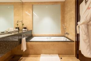 Ванная комната в Grand Millennium Al Wahda Abu Dhabi