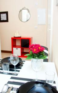 A restaurant or other place to eat at Bed And Travel Apartment San Giorgio